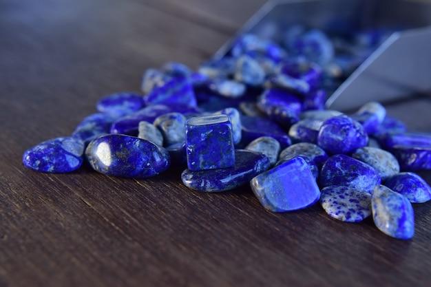 ラピスは木製の床にある美しい天然宝石です