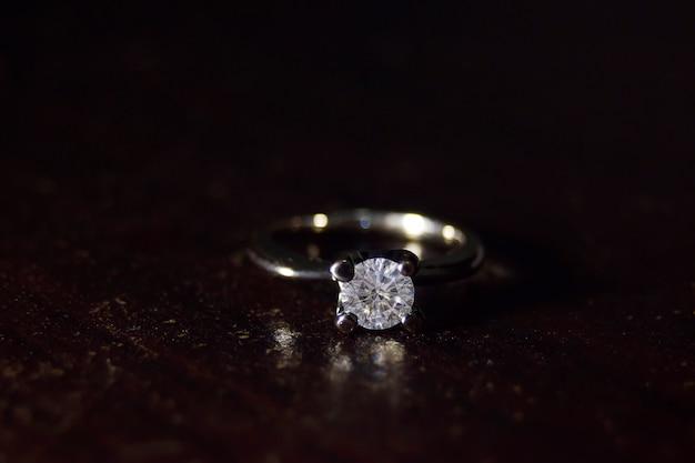 Бриллиантовое обручальное кольцо роскошный, элегантный для тех, кто со вкусом