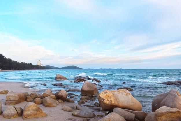 海の波と幻想的な岩の多い海岸の空撮