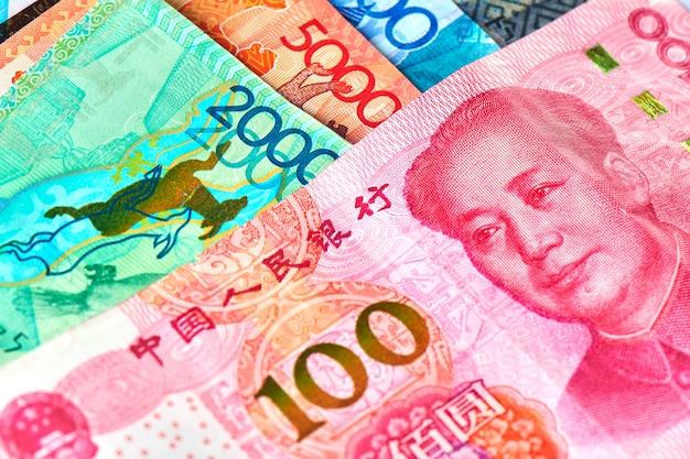Китайские деньги юань и казахский тенге.