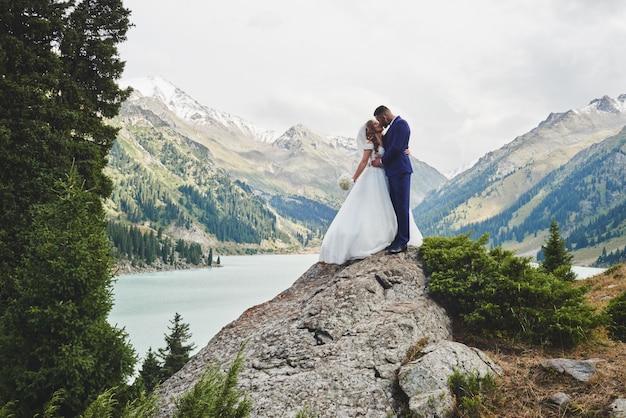 Красивое свадебное фото на горном озере.