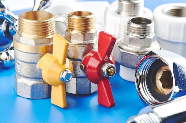 配管部品と白い背景の上のツール