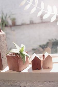 Небольшие бытовые растения и деревянные блоки, предметы интерьера хипстерского образа жизни.