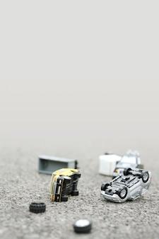 Сцена автомобильной аварии (миниатюра, игрушечная модель) на улице. концепция страхования.