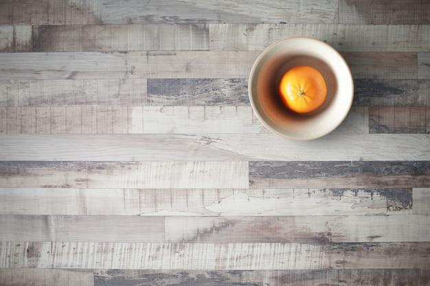 Оранжевый плод на деревянный пол, винтажные темы.