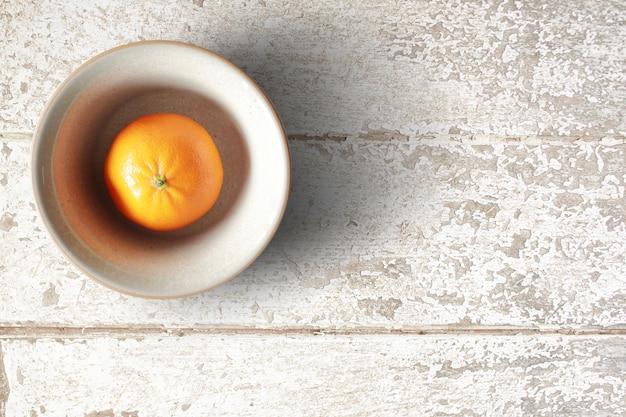 Оранжевый фрукт на полу гранж.