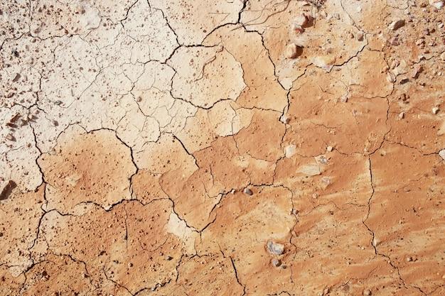 Вид сверху трещины и бесплодной земле.