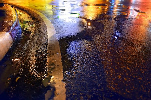Мокрая дорога, дождливая ночь в городе.