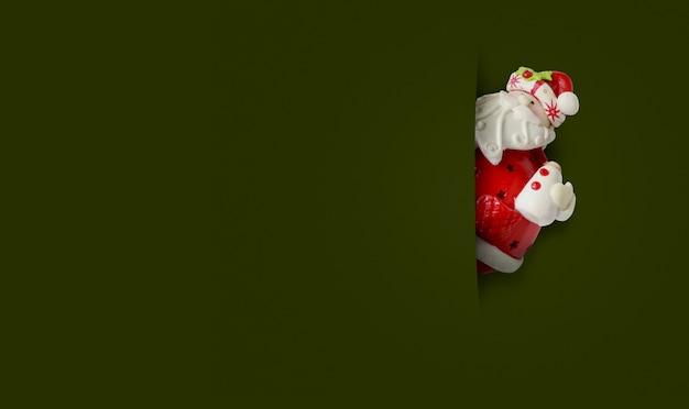 Счастливый санта-клаус на зеленом фоне. счастливого рождества и счастливого нового года концепции фон с копией пространства.