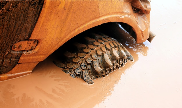 Автомобиль застрял в грязной воде, гонки по бездорожью.