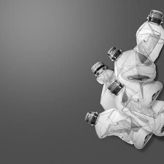 コピースペースを持つ古いペットボトルのスタック。環境保護とプラスチック意識の創造的な概念の背景