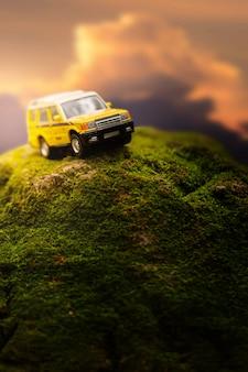 緑の苔で覆われた山を横断する四輪駆動車。オフロード車の四輪駆動の旅行およびレースのコンセプト。
