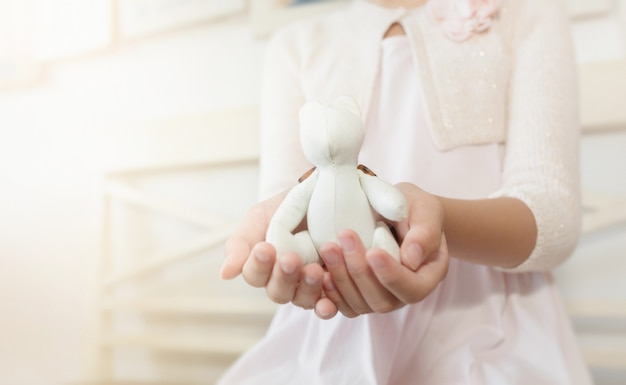 コットンのクマ、選択と集中、色を保持している子供の手。バレンタイン・デー 。