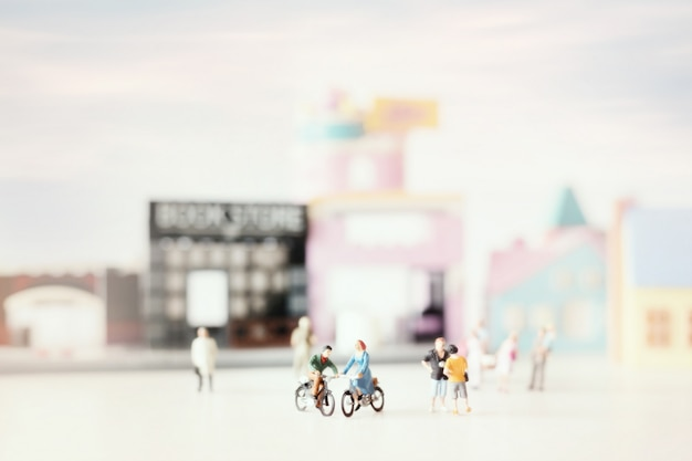 Счастливая молодая пара миниатюра на велосипеде (миниатюра) на велосипеде в городе. день святого валентина с выборочный фокус и тонированные мягкие пастельные цвета.