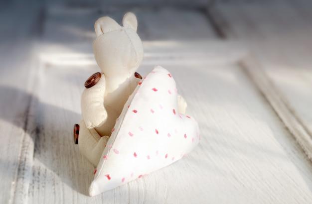 手作りのクマと囲炉裏、バレンタインデーの壁紙。