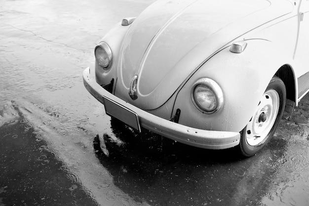 雨の中でビンテージ車。黒と白。