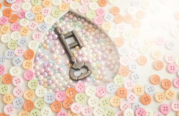 Старый ключ с декоративными пуговицами. день святого валентина