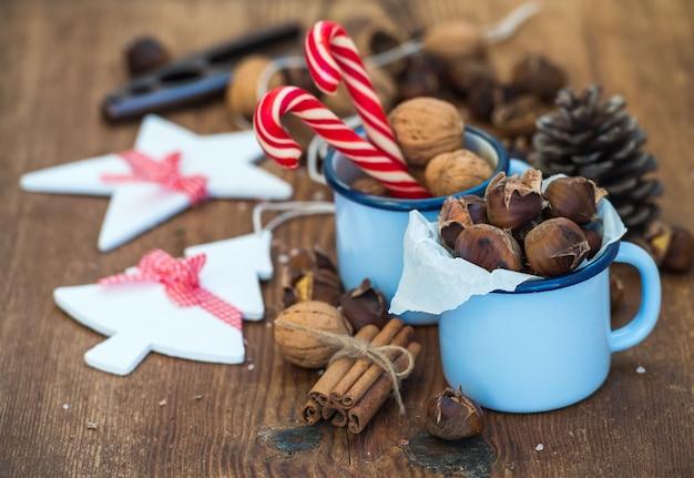 Традиционные рождественские блюда и украшения.
