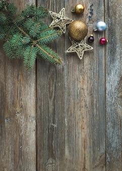 おもちゃの装飾、キャンディケイン、毛皮の木の枝、トップビューでクリスマスや新年の素朴な木製の背景
