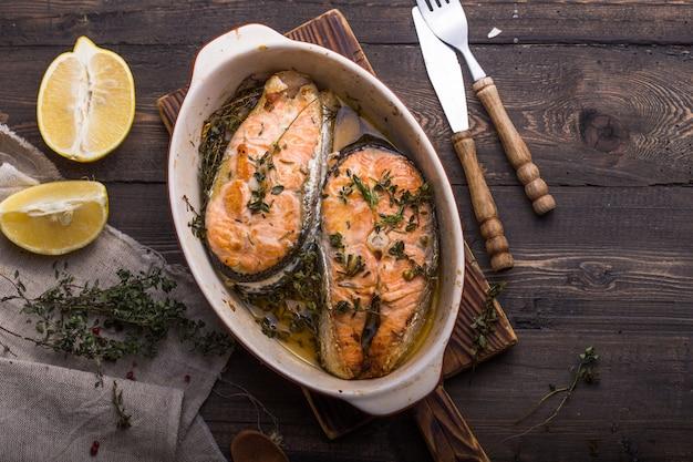 Стейки из лосося на гриле, ужин. здоровая пища. вид сверху