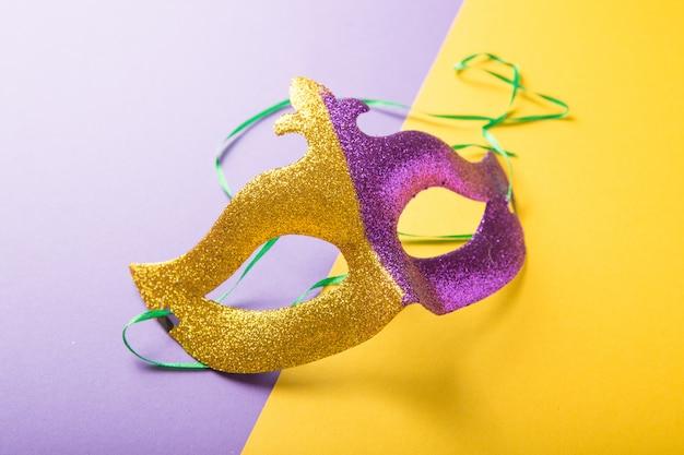 黄色の紫色の背景にマルディグラやカーニバルマスクのお祝い、カラフルなグループ。ベネチアンマスク。