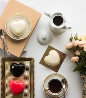 Торты на день святого валентина в форме сердца. вид сверху. плоская планировка