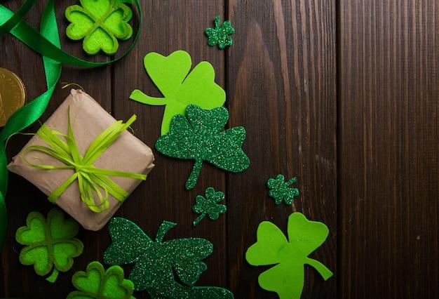 ハッピーセントパトリックの日。幸運のクローバーとカード。アイルランドのお祭りのシンボル。