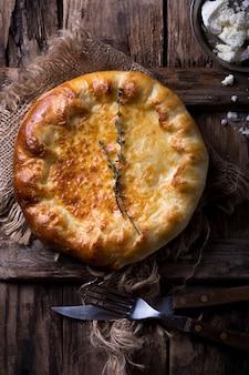 半開きの伝統的なハチャプリ。国立ジョージア料理。ハチャプリのクローズアップ。