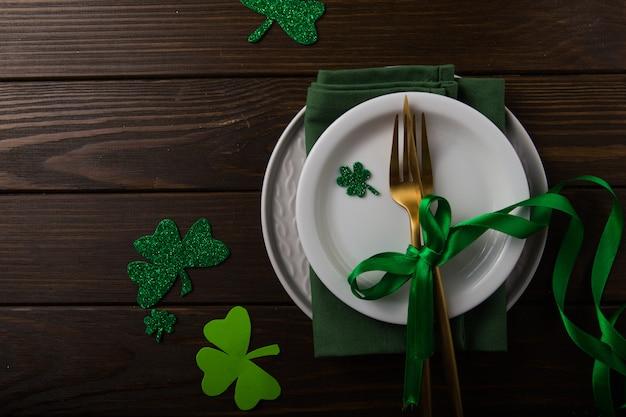 ハッピーセントパトリックの日。ビールと幸運のクローバーのカード。聖パトリックの日の休日のお祝い。アイルランドのお祭りのシンボル。ラッキーコンセプト。
