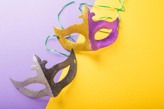 マルディグラまたはカーニバルマスクのお祝いのカラフルなグループ。ベネチアンマスク。