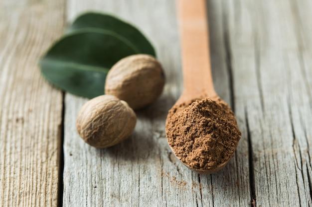 香ばしいナツメグとすりおろしたナツメグの乾燥種子。