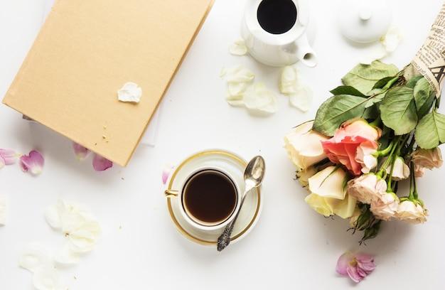 春ファッションフラットレイアウト。春のやることリスト。本、コーヒー、バラ