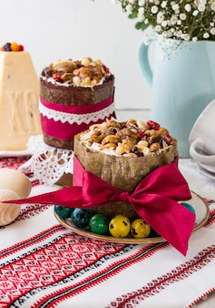 春の静物。自家製イースターケーキ。イースター休暇の概念。