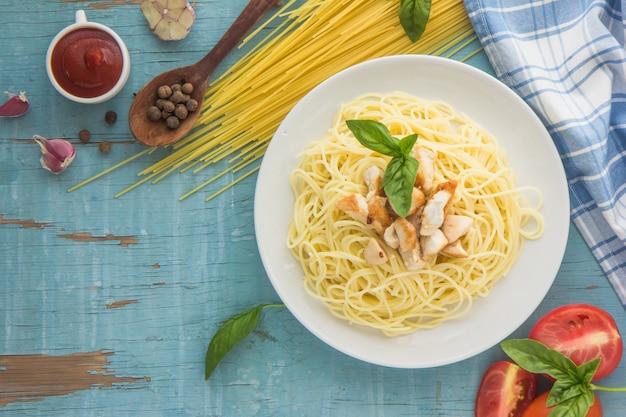 Паста с томатным соусом и базиликом. макароны с томатным соусом, базиликом и курицей