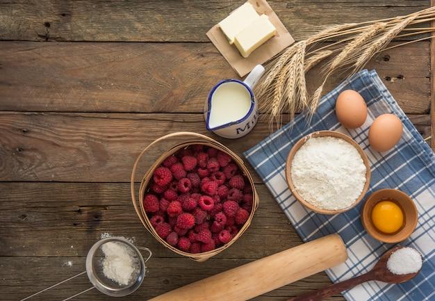Концепция выпечки, выпечки ингредиенты. ингредиенты для выпечки торта, печенья, хлеба или кондитерских изделий. каркас кухонной утвари и еды