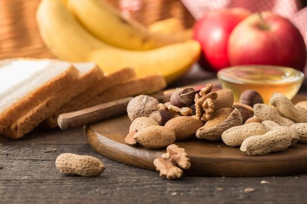 ナッツと木製のテーブルの上のスパイス。ダイエットの計画。デトックス、健康的な食事、ベジタリアンダイエットのコンセプト。バランスの取れた食事。