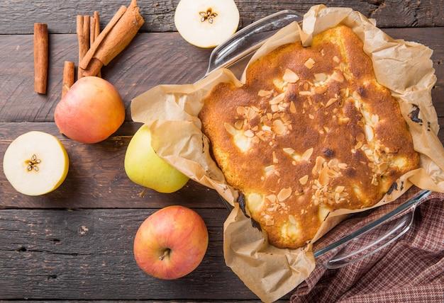 自家製ブロンディ(ブロンド)ブラウニーアップルケーキの正方形のスライス