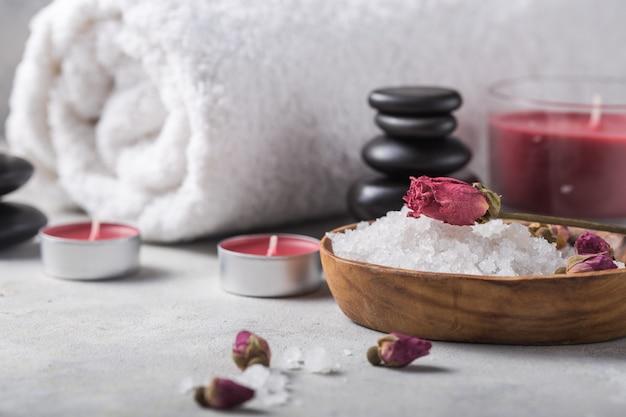 Красота натюрморт массажное масло флакон аромата эфирного и натурального аромата соли с камнями, свечи на бетонном сером столе. состав санаторно-курортного лечения