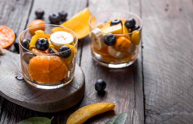 さまざまな種類のベリーと柑橘類のフルーツサラダ