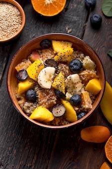 Свежий квиноа органический фруктовый салат в миске