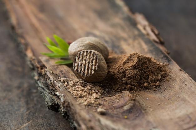 Мускатный орех и земля