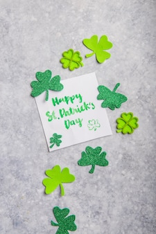 シャムロックの葉のクローバーと幸せな聖パトリックの日カード
