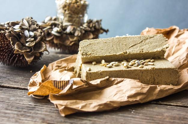 ハルヴァ。木製の背景に種子とヒマワリハルバ。お祝い東洋の珍味
