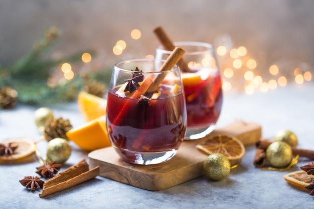 Рождественский глинтвейн вкусный праздник, как вечеринки со специями из оранжевой корицы и звездчатого аниса. традиционный горячий напиток или напиток, праздничный коктейль на рождество или новый год