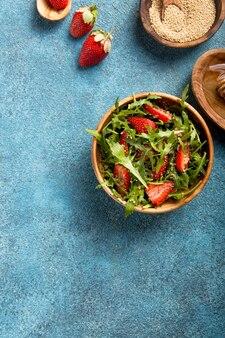 Салат из рукколы с киноа на синий конкретный стол. диетическое питание