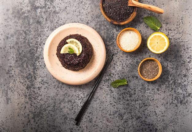 チア種子、レモン、ゴマコンクリート灰色の背景にタイの黒ジャスミンライスを調理しました。