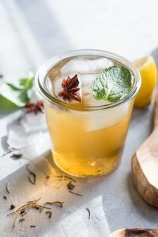 アニスアイスとガラスの冷たいレモングリーンティー。ヒースイーサマープロバイオティクスドリンク