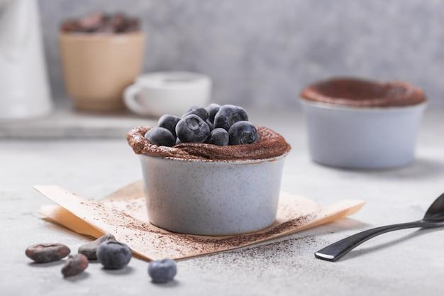 冷凍ブルーベリーとチョコレートのスフレ。フランスの伝統的なデザート。