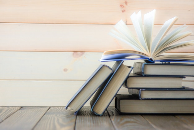 世界の本の日。カラフルな本のスタック。教育の背景。学校に戻る。教育ビジネスコンセプト。