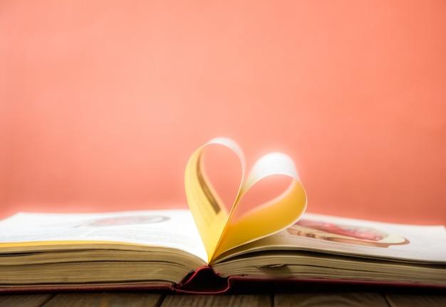 心の本のページ。ハート型の本のページ